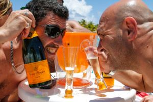yacht-charter-antigua-barbuda-guests-veuve-clicquot-6.jpg